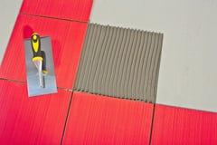 Troffel op rode tegels Stock Foto's