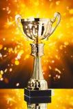 troféu do copo do ouro contra o fundo brilhante Imagem de Stock