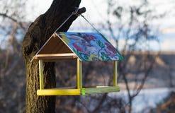 Trog voor vogels op een boom Royalty-vrije Stock Afbeeldingen
