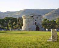 Trogir, старший Отметьте башню и зеленое поле Стоковая Фотография