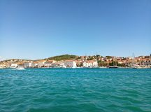 Trogir, Chorwacja, Czerwiec/- 26 2017: Nabrzeże widok na Ciovo wyspie od żołnierz piechoty morskiej Trogir zdjęcia royalty free
