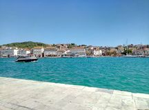 Trogir, Chorwacja, Czerwiec/- 26 2017: Widok na Ciovo wyspie od żołnierz piechoty morskiej Trogir fotografia stock