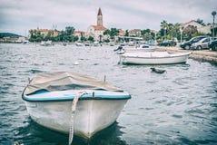 Trogir com a catedral de St Lawrence, Croácia, filtro análogo imagem de stock