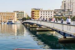 TROGIR, CROÁCIA, O 1º DE OUTUBRO 2017: povos desconhecidos que andam na ponte que conduz à cidade velha do trogir fotografia de stock royalty free