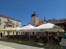 Trogir/Croacia - 26 de junio de 2017: Las tablas al aire libre del restaurante en el cuadrado de Trogir en el centro de la ciudad foto de archivo libre de regalías