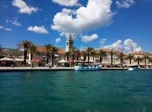 Trogir/Croacia - 26 de junio de 2017: Una opinión de la costa sobre la 'promenade' marina de Trogir del barco de visita turístico fotos de archivo