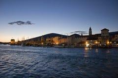 Côte de Trogir dans le coucher du soleil Image libre de droits
