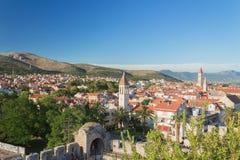 Trogir - historisk stad i Kroatien (Dalmatia) Flyg- sikt på forntida Trogir Resa resväskan med seascapeinsida Fotografering för Bildbyråer