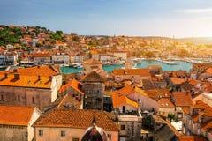 Trogir i Kroatien, stadpanoramautsikt med röda taktegelplattor, kroatisk turist- destination Främre sikt för Trogir stadhav, Kroa arkivfoto