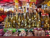 Trogir, Kroatië - de lokale olijfolieflessen op vertoning bij brengen in de war Stock Afbeelding
