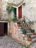 Trogir/Kroatië - Juni 26 2017: Kleine yard in van de binnenstad van Trogir stock fotografie