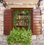 Trogir, Kroatië - winkelvenster met lokale geestenflessen Stock Fotografie