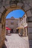 Trogir, Kroatien - altes Portal auf der Steinwand, die t umgibt Lizenzfreie Stockfotos