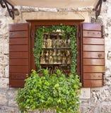 Trogir Kroatien - shoppa fönstret med lokala andeflaskor Arkivbild