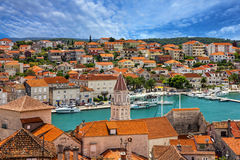 Trogir, Kroatien, Stadtpanoramablick, kroatisches touristisches destinati lizenzfreie stockbilder