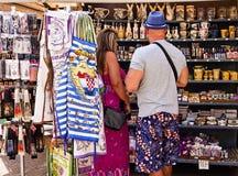Trogir Kroatien - turister i en souvenir shoppar arkivbild