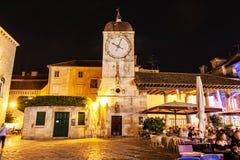Trogir loggia, zegarowy wierza i turystyczni ludzie w restauraci, Cro Fotografia Stock