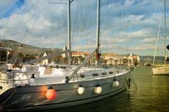 Trogir med segelbåtar Arkivfoto