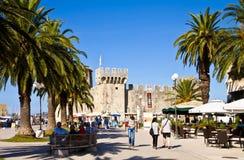 Trogir, overzeese promenade met middeleeuws kasteel Stock Fotografie