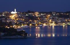 Trogir stad på natten Arkivbilder
