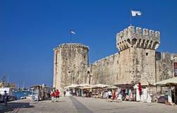 Trogir, strandboulevard en Kamerlengo-kasteel Stock Foto