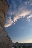 Troglodyte rocheux de grès de beau désert abstrait à l'arrière-plan de ciel bleu de coucher du soleil Photos libres de droits