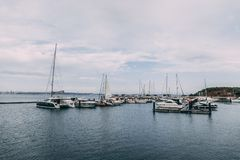Troia,葡萄牙- Troia小游艇船坞和它的周围的看法 免版税库存图片