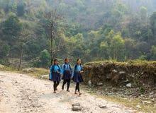 Trois écolières gaies sur la route de montagne le 28 mars 2018 je Images libres de droits