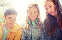 Trois écouteurs adolescents heureux d'amis Photographie stock