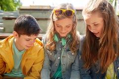 Trois écouteurs adolescents heureux d'amis Photo libre de droits