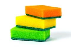 Trois éponges multicolores pour les plats de lavage sur le fond blanc Photographie stock