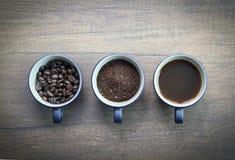 Trois étapes de préparation de café d'isolement sur le surfa en bois brun Images libres de droits