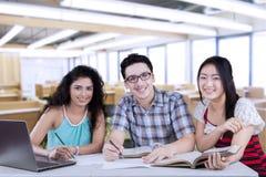 Trois étudiants écrivant dans la classe Photographie stock libre de droits