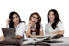 Trois étudiants de lycée étudiant ensemble Photos libres de droits