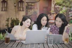 Trois étudiants universitaires apprenant ensemble dans le café Photo libre de droits
