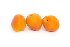 Trois abricots entiers Images stock