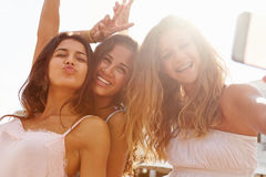 Trois adolescentes dansant et prenant Selfie Photos libres de droits