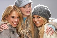 Trois adolescentes utilisant des tricots dans le studio Photos libres de droits