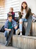 Trois adolescents avec des téléphones dehors Image libre de droits