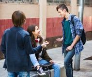 Trois adolescents traînant dehors Photographie stock libre de droits