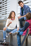 Trois adolescents traînant dehors Photo stock