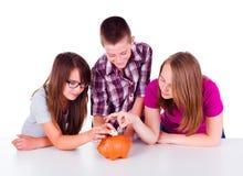 Trois ados rassemblant l'argent ensemble photos libres de droits