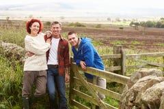 Trois adultes dans la campagne Photos stock