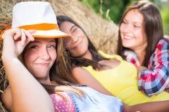 Trois amie ayant l'amusement sur la pile de foin Photographie stock libre de droits