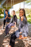 Trois amie balancent sur les oscillations Images stock