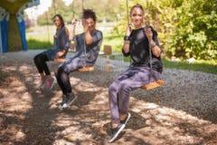 Trois amie balancent sur les oscillations Photographie stock libre de droits