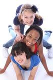 Trois amie de chemin mélangé ayant l'amusement ensemble Image libre de droits