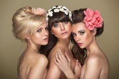 Trois amies avec la coupe de cheveux de fantaisie Photos stock