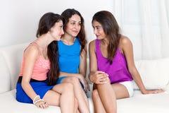 Trois amies ayant l'amusement. Image stock