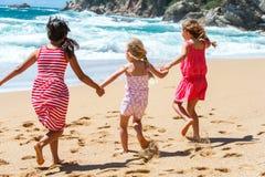Trois amies ayant l'amusement sur la plage. Photo libre de droits